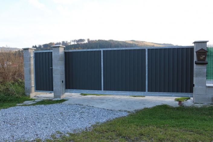 Typizovaná brána,žiarovo zinkovaná-otvor 4500mm,použitý set 4,5m/230kg. Výplň a montáž realizovaná svojpomocne-trapézový plech.
